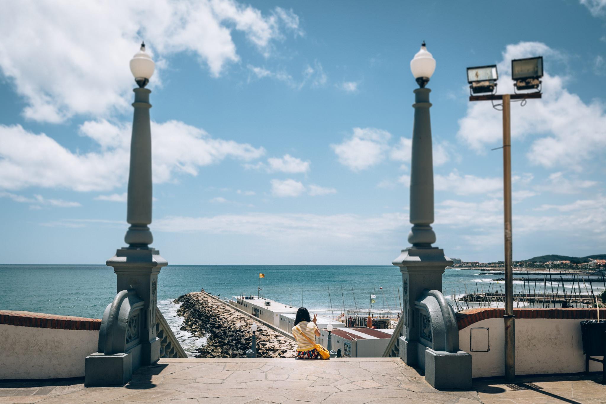Fotografía tomada en Sitges, Barcelona, donde una turista asiática posa mientras le hacen una fotografía.